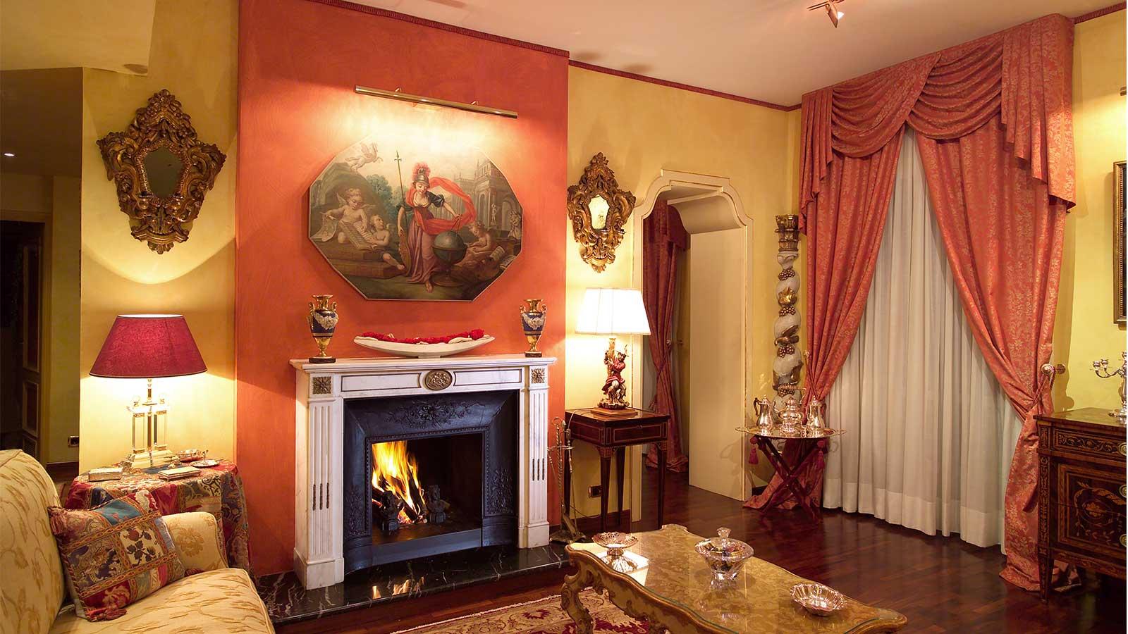 Camino antico Luigi XVI con bronzi e riduzione in ghisa